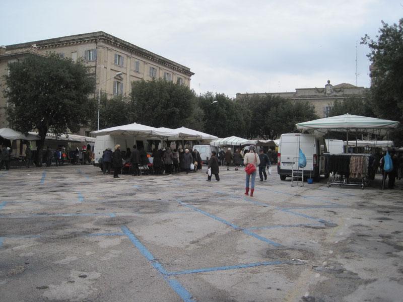 Ampi spazi vuoti in piazza Garibaldi a Senigallia per il mercato del 2 febbraio