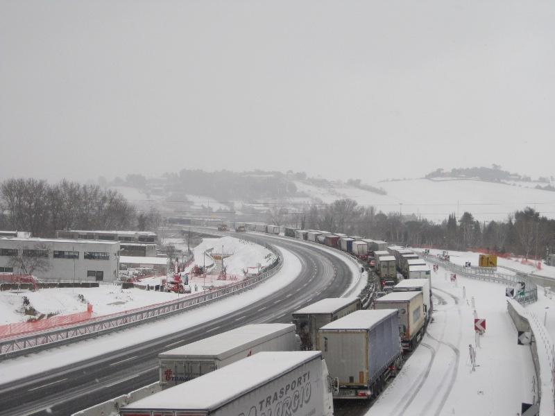 L'autostrada A-14 paralizzata dalla neve vicino al casello di Senigallia