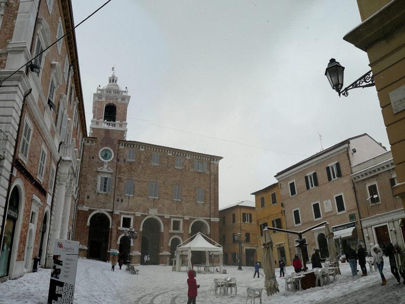 Neve in Piazza Roma a Senigallia. Foto di Paolo Formiconi