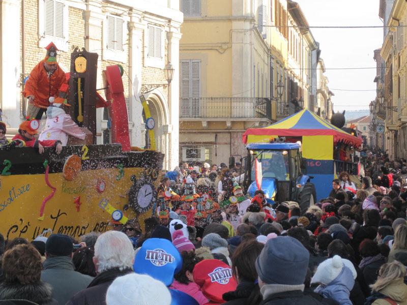 Sfilata dei carri di Carnevale per le vie del centro di Senigallia