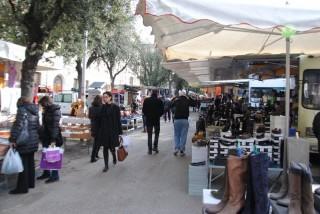 Bancarelle per il mercato del giovedì in piazza del Duomo a Senigallia