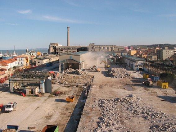 Operazioni di demolizione della Sacelit Italcementi di Senigallia
