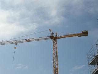 Operaio sulla gru di un cantiere edile a Senigallia