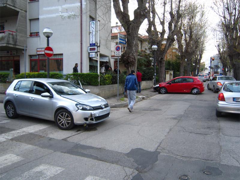 Incidente invia Mercantini all'incrocio con via Bolzano
