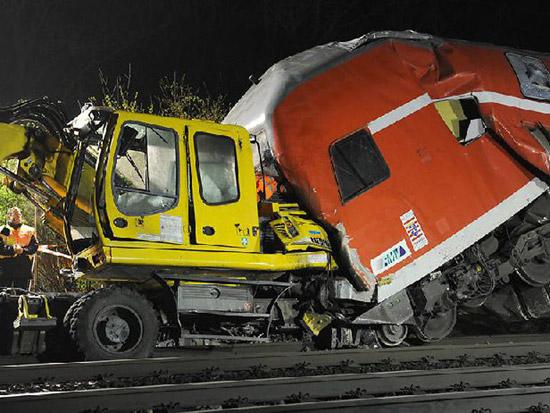 Scontro tra un treno e una gru ferroviaria in Germania