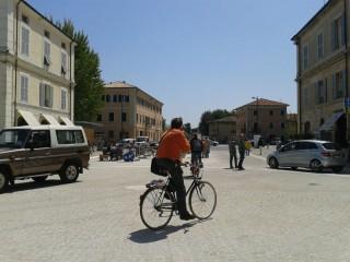 Traffico di auto, bici e pedoni in piazza Saffi a Senigallia
