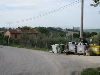 Bidoni per la raccolta differenziata in via delle Grazie, Senigallia