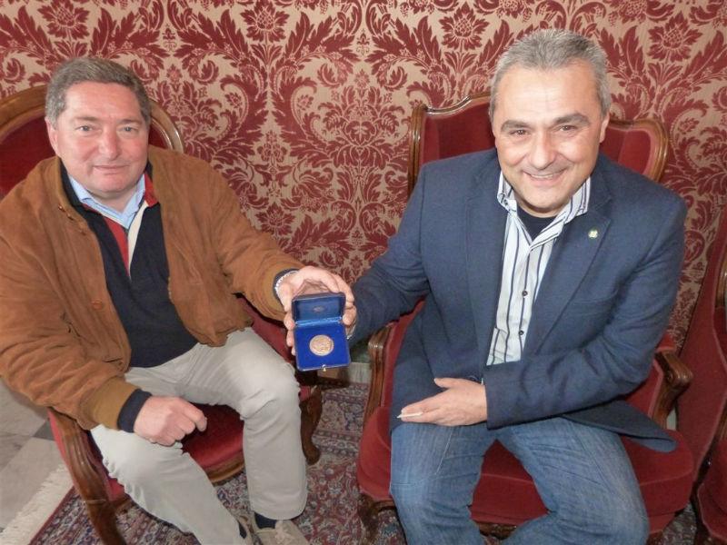 Dario Angelucci consegna al sindaco Livio Scattolini la medaglia