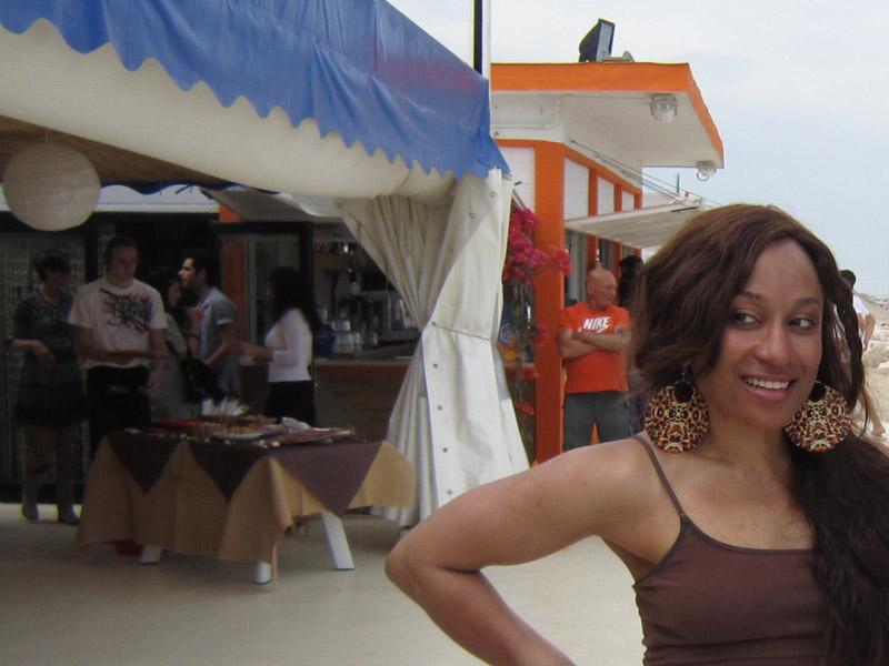 La cantante Ja'quita all'inaugurazione del Pata Pata Beach Restaurant