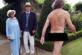 Un uomo passeggia nudo