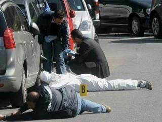 I rilievi degli inquirenti sul luogo dell'attentato a Roberto Adinolfi
