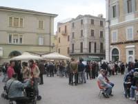 Sit-in in piazza a Senigallia dopo l'attentato di Brindisi