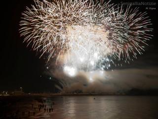Fuochi d'artificio dal molo di Senigallia. Foto di Massimiliano Vigna