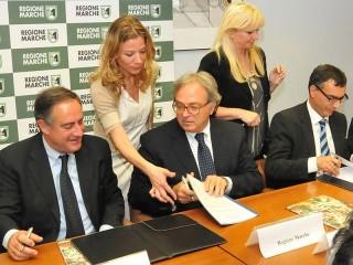 Il presidente Spacca ha firmato un'intesa per il sostegno al sistema turistico ricettivo regionale