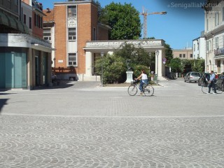 Piazza Saffi e la scuola G.Pascoli a Senigallia. Foto di Francesca Morici per SenigalliaNotizie.it