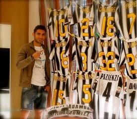 MIchele Pazienza e le maglie autografate dai calciatori di serie A