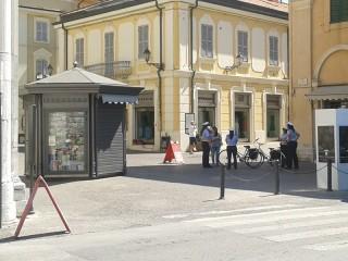Vigilesse della Polizia Municipale informano pedoni e ciclisti lungo corso II Giugno