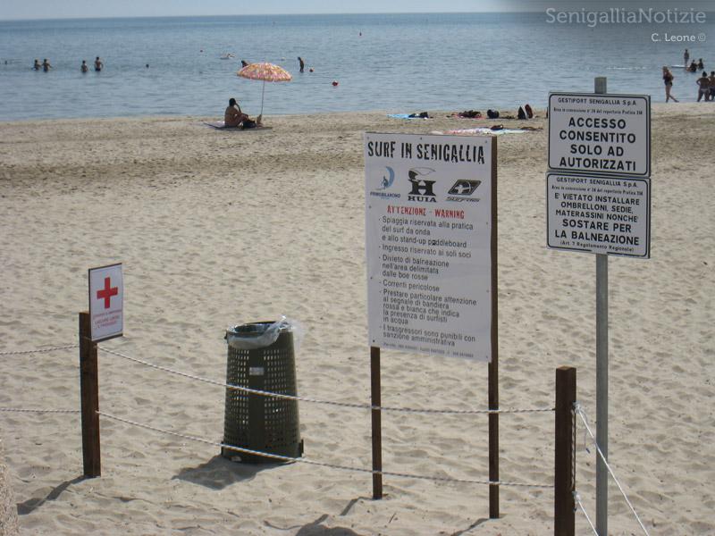 Cartelli Da Bagno : Cartelli di divieto di accesso alla spiaggia libera che va dal molo