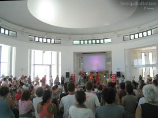 Il pubblico presente alla Rotonda per la diretta radio di Caterpilla Am da Senigallia