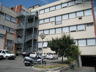 Il poliambulatorio di via Campo Boario a Senigallia. In basso a destra l'ingresso ai garage a all'ascensore