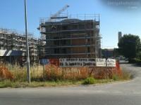 Il cantiere occupato alla Cesanella di Senigallia: striscioni su via Mattei