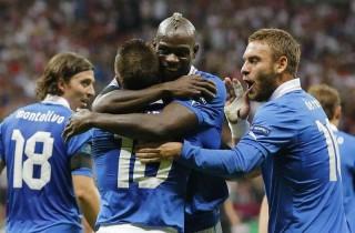 Italia: Balotelli Cassano Montolivo e De Rossi dopo uno dei gol alla Germania (ANSA)