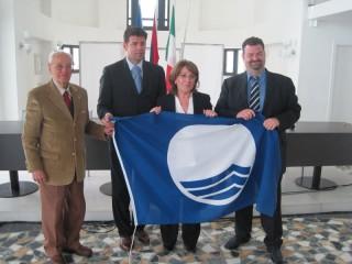 La consegna della Bandiera Blu nel maggio del 2010, a sinistra Fernando Rosi