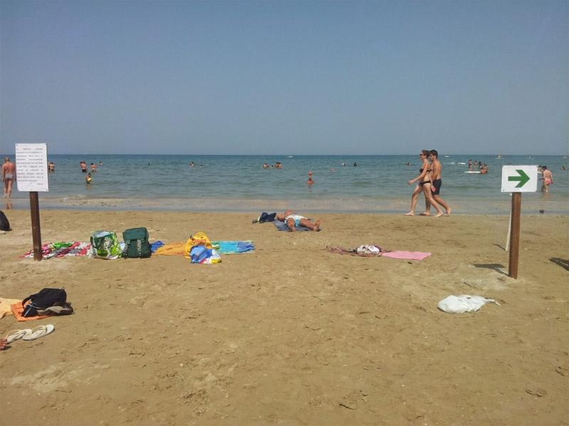 Il tratto di spiaggia di Senigallia diviso tra surfisti e bagnanti