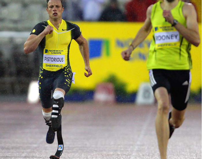 Pistorius mentre corre al fianco di un altro atleta