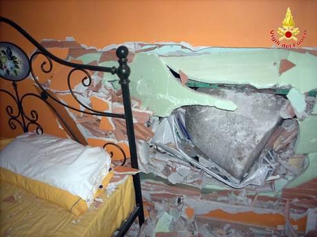 Il dissuasore che ha sfondato garage e muro della camera