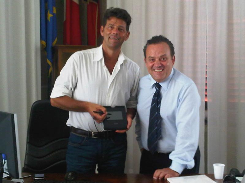 Maurizio Mangialardi, con Enrico Giacomelli, mentre prova la firma grafometrica