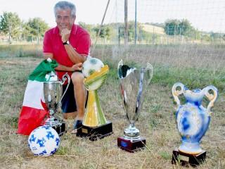 Lanfranco Rossetti posa con i trofei conquistati dal Real Vallone
