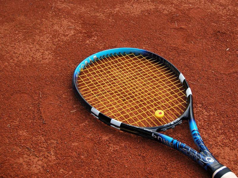 Racchetta da tennis su terra rossa