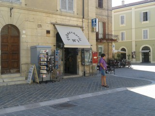 La tabaccheria n1 in piazza Saffi a Senigallia
