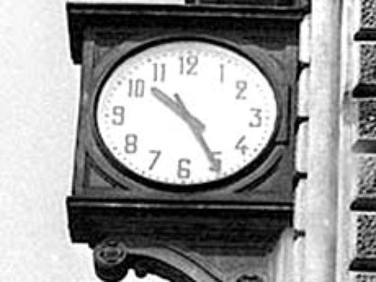 L'orologio della stazione ferroviaria di Bologna, simbolicamente lasciato fermo alle 10.25