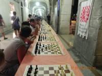 La simultanea di scacchi lungo i Portici Ercolani di Senigallia