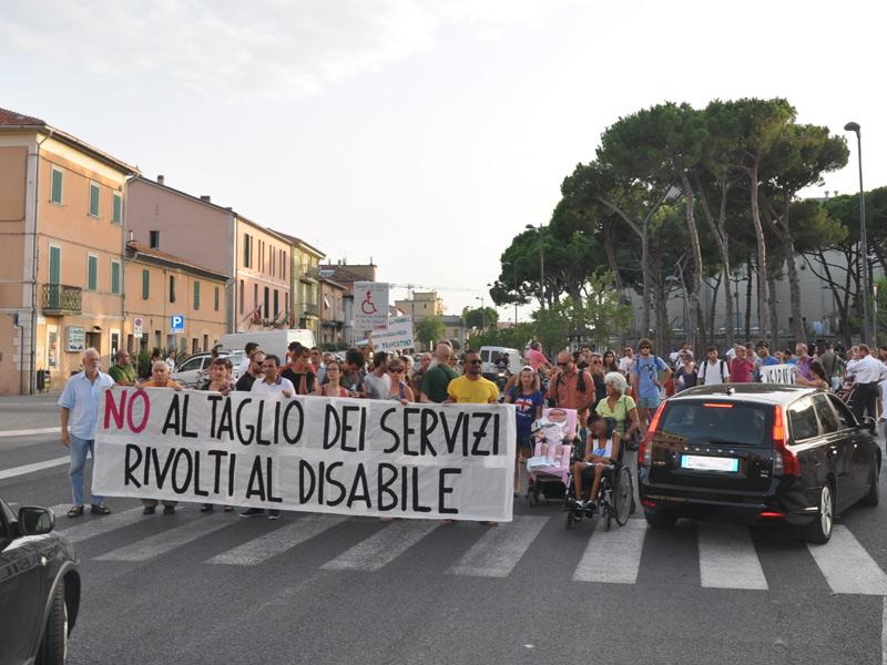 Protesta a Senigallia delle famiglie dei disabili contro i tagli ai servizi assistenziali