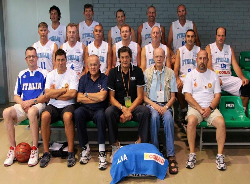 La nazionale italiana campione d'Europa. Nella fila centrale, Santini è il primo da destra