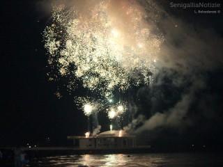 I fuochi d'artificio del 21 agosto 2012 sparati dalla Rotonda a mare di Senigallia. Foto di Laura Belvederesi