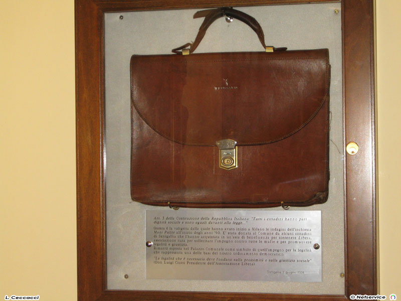 La valigetta di Tangentopoli esposta nel Municipio di Senigallia
