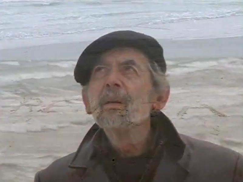 Giuseppe Di Mauro nell'omaggio a Renata Sellani. Sullo sfondo il mare di Senigallia