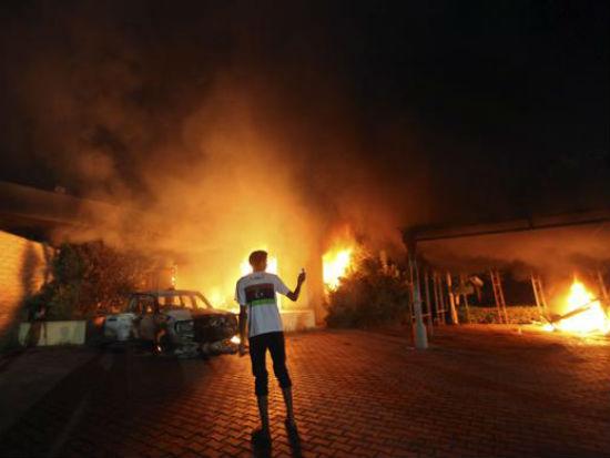 Una foto dell'assalto all'ambasciata Usa in Libia