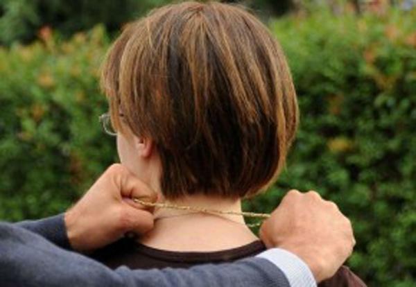 Una donna aggredita: le strappano la catenina