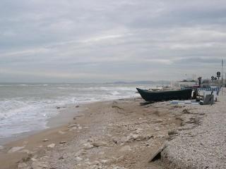 """La spiaggia erosa a Marina di Montemarciano. Foto del dicembre 2009 di """"Stanco in vacanza a Senigallia""""."""