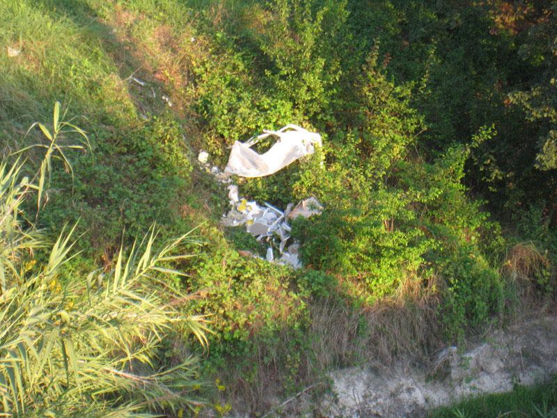 Rifiuti gettati sulle sponde del fiume Misa