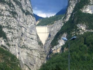La diga del Vajont, rimasta intatta nella tragedia del 1963, vista da Longarone, ora 4.000 abitanti