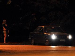 Prostituzione: prostituta in strada, auto si avvicina