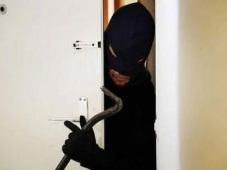 Ladro entra in casa, furto, ladri