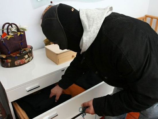 Furto, ladri dentro casa