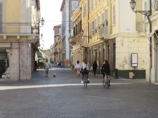 Ancora persone in bicicletta lungo corso II Giugno a Senigallia nonostante sia vietato